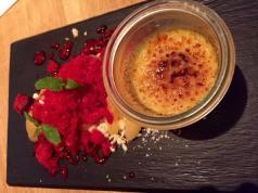 Geschmorter Pfirsich mit Himbeer-Gratiné, weißer Schokolade und Creme Brûlée