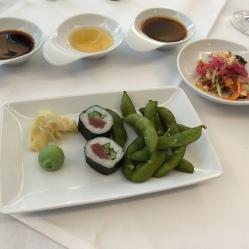Edamame – gesalzene grüne Sojabohnen, dazu ein Sauvignon Blanc. Goi Du Du – grüner Papayasalat, dazu ein Scheurebe. Maki Sushi mit Gurke und Thunfisch, dazu ein Kabinett halbtrocken
