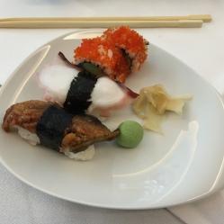 Nigiri-Sushi-Unagi (v.l.) mit gegrilltem Aal und Teriyaki-Sauce, dazu ein trockener Spätburgunder Rosé. Nigiri-Sushi mit Oktopus und Nori mit Bacchus halbtrocken. California Rolls mit Surimi, Avocado, Gurke und Fischrogen, dazu Riesling Kabinett