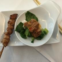 Yakitori-Spieß und Schweinefilet süß-sauer, dazu ein Riesling Spätlese