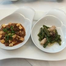 Mapu-Tofu – mala-scharf (v.l.), dazu ein Muskateller Auslese. Gaeng Krua Gling Pa Myg, dazu Beerenauslese