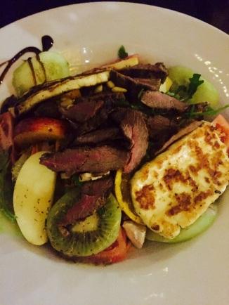 Wellness-Salat mit Lammrücken und Halloumi-Käse