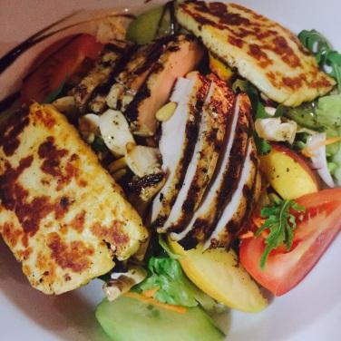 Wellness-Salat mit Hähnchenbrustfilet und Halloumi-Käse
