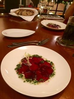 Carpacciovariation: Carpaccio von roter Beete mit Vinaigrette aus Chili, Petersilie und Knoblauch (9 Euro)