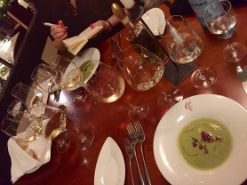 Primi: Wirsing-Parmesansuppe mit gerösteter Catechino-Wurst aus Modena (9,80 Euro).