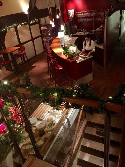 Der Blick von den oberen Tischen in die Galerie des Tropeano Di-Vino. Links unten ist das üppige Käse-Buffett aufgestellt.