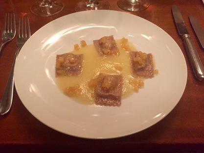 Primi: Ravioli mit Gorgonzola gefüllt auf Williamsbirnen-Creme (14,50 Euro). Hier trifft der kräftige Geschmack des Gorgonzola auf die lieblich-fruchtige Note der Williamsbirne.