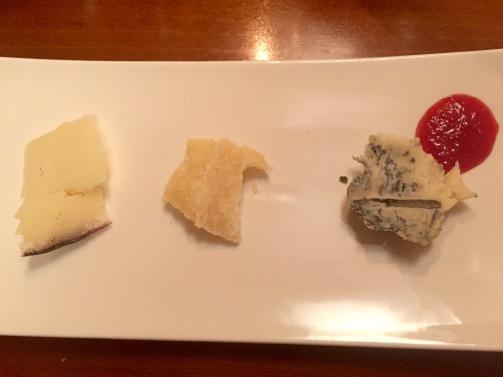 Käse: Ein Schafskäse aus Umbrien in Rotwein gereift. Mittig: Ein Parmesan aus der Milch von roten Kühen aus Modena. Übrigens die Ur-Rasse aller Kühe, dessen Milch früher für die Parmesan-Herstellung benutzt wurde, bevor die schwarz-weiße Rasse eingesetzt wurde, die mehr Milch produzieren kann. Rechts: Ein Blauschimmelkäse aus Büffelmilch in Rosinen gereift.