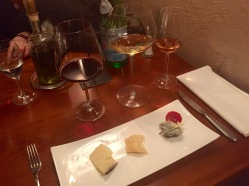 Zu jeder Käse-Sorte der passende Wein und eine hausgemachte Chili-Marmelade, nach einem geheimen Rezept zubereitet. Dieses Know-How kann einem nur ein ausgewiesener Sommelier bieten - so wie Biagio.