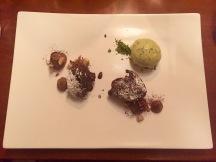 Der krönende Abschluss: Frittierte Schokoladen-Pralinen auf Haselnuss Creme und Pistazien-Eis (9,50 Euro).