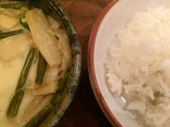 """""""C'est fou le tofu"""" (CHF 10) ist ein indonesisches Kokosnuss-Curry mit Tofu, Bambussprossen und Zuckerschoten."""