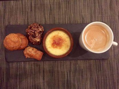 Der krönende Abschluss: ein Haselnuss-Schoko-Cookie, ein Madeleine und ein Birnenküchlein – dazu Kaffee (8 CHF). Geht es besser?
