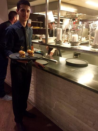 """Christophe Ho Quang serviert die """"Eat-me baby burgers"""" (CHF 10) mit Cheddar und karamelisierten Zwiebeln."""