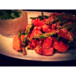 Hähnchenbruststreifen in Tom Kha-Sauce mit grünen Bohnen, Karotten und Basmatireis (11,90€)