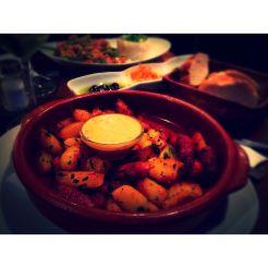 """""""Chistorra"""" (7,50€): gebratene spanische Würstchen, Kartoffelwürfel & Senf-Honig Dip"""