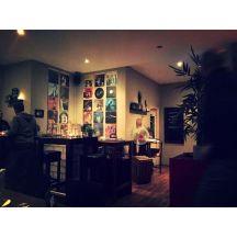 DJ-Pult mit Platten-Deko an der Wand