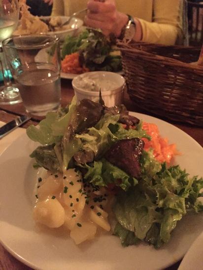 Schwäbischer Salat als Hauptgericht mit Kartoffeln, Gurke, Karotte und grünen Blattsalaten