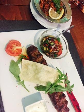 Lammhackspieß mit Couscous Salat