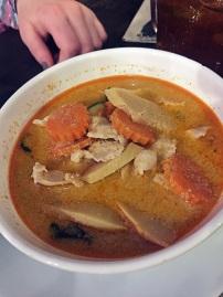 Kaeng Phet Gai: Rotes Thaicurry mit Hühnerfleisch, Kokosmilch, Bambus und Gemüse sowie Reis (9,90€)