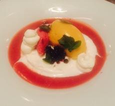 Halbgefrorene Eiscreme von griechischem Joghurt mit Passionsfrucht-Sorbet und Erdbeersauce