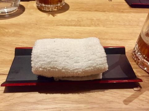 Zum Reinigen der Hände gibt es vorweg ein feuchtes Handtuch mit Ingwerduft