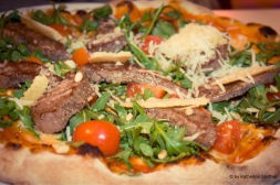 Pizza mit Rinderfiletstreifen