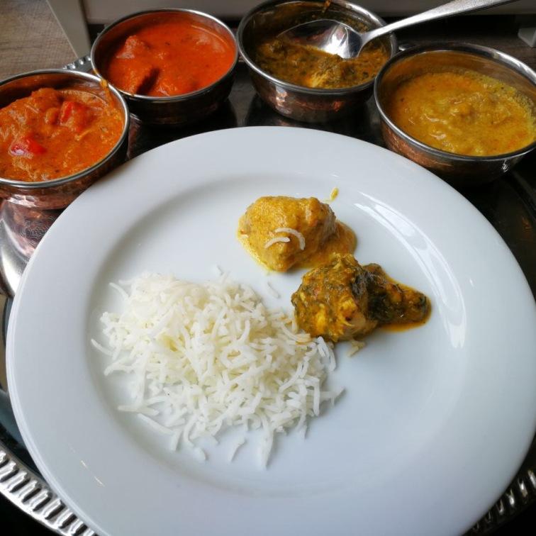 Beim Thali-Lunch wählten wir: Hühnerbrustfilet in Tomaten-Butter-Sauce, Huhn mit grünem Kardamom, Koriandersamen und Lorbeerblatt, Lamm mit fünf verschiedenen Gewürzsamen, Rotbarschfilet in cremiger Safransauce.