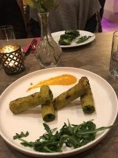Vegetarischer Kebab aus gehacktem Spinat und Gemüse verfeinert mit Muskatnuss und Muskatblüte (4,50 €).